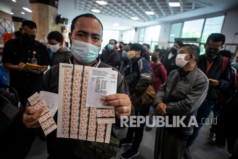Seperti dilansir dari Rebuplika, per hari ini, Senin (1 Febuari), Kantor Pos Indonesia mulai mengedarkan materai IDR.10.000 di Kantor Pos, Pasar Baru, Jakarta.