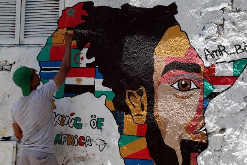 Seorang warga Mesir membuat mural jelang ajang Piala Afrika 2019 yang digelar di negara itu.