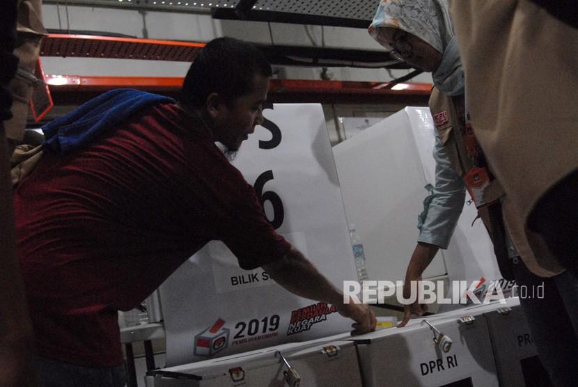 Seorang warga negara Indonesia menggunakan hak suaranya ketika mengikuti Pemilu serentak 2019 di Tempat Pemungutan Suara (TPS) Kedutaan Besar Republik Indonesia (KBRI), Kuala Lumpur, Malaysia, Ahad (14/4/19).