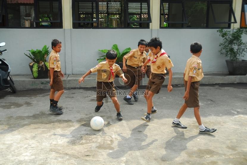 Biarkan anak aktif bermain bersama teman-teman sebayanya.