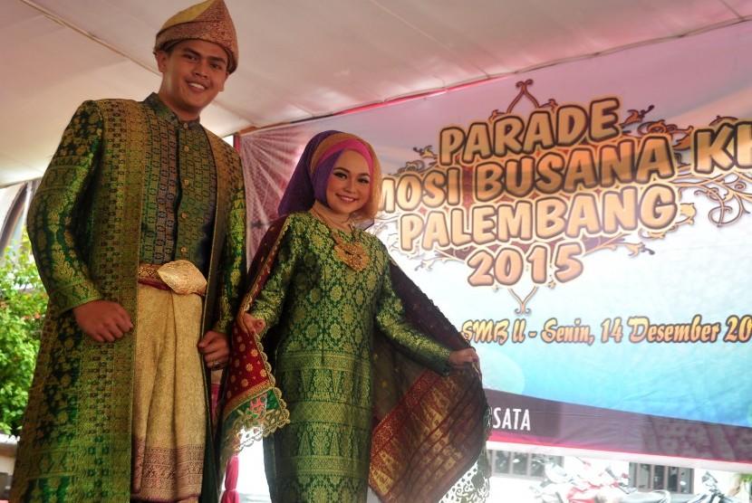 Sepasang bujang dan gadis mengenakan pakaian khas para sultan kerajaan Palembang Darussalam pada Parade Promosi Pakaian Khas Palembang di halaman Museum Sultan Mahmud Badaruddin II Palembang, Sumsel.