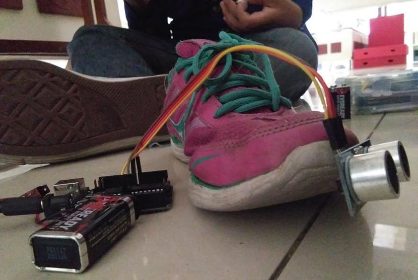 Sepatu pintar berisi sensor untuk membantu difabel netra berjalan  yang dikembangkan mahasiswa-mahasiswa Universitas Negeri Yogyakarta.