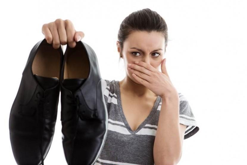 Sepatu yang tidak pas bisa menimbulkan bau kaki