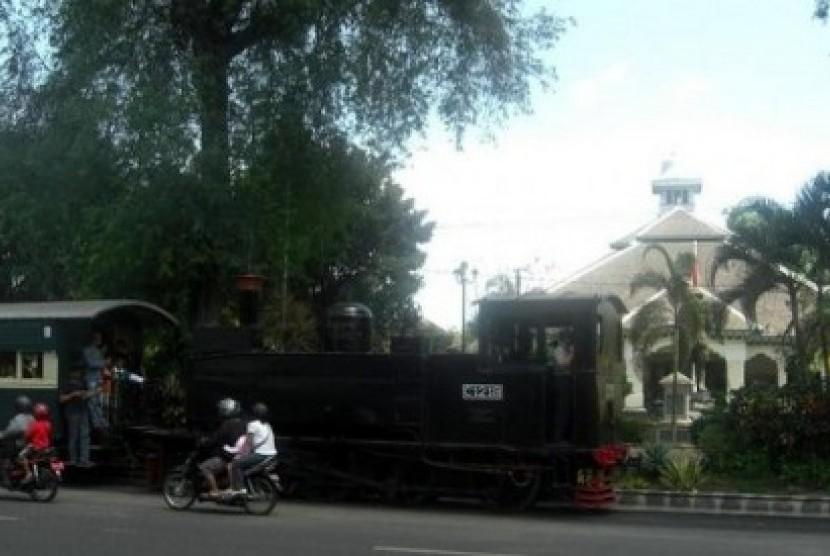 Sepur Kluthuk Jaladara melintas di tengah kota Solo