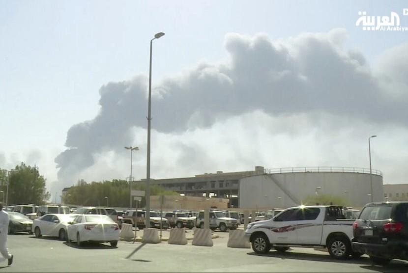 Serangan drone Houthi ke fasilitas pengolah minyak Arab Saudi, Abqaiq, menyebabkan kebakaran dan menghentikan setengah pasokan minyak di Buqyaq, Arab Saudi, Sabtu (14/9). Terlihat asap kebakaran membumbung.