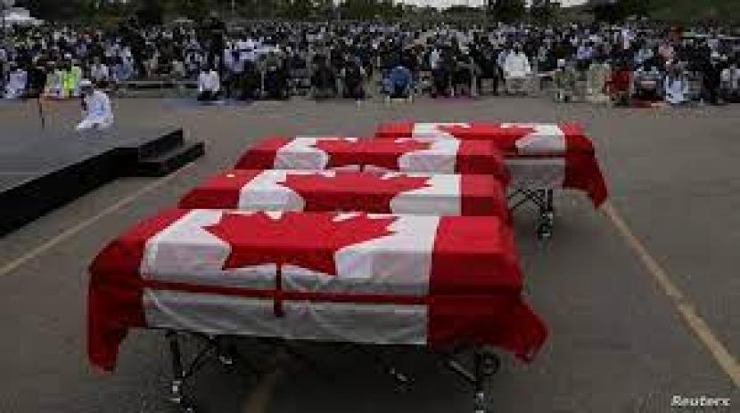 Pemakaman keluarga Muslim korban islamofobia diIslamic Centre of Southwest Ontario,London, Ontario, Kanadadihadiri ratusan pelayat, Sabtu (12/6). Tampak peti mati keluargaAfzaal yang dibungkus bendera Kanada.