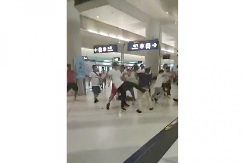 Serangan kelompok bertopeng di stasiun kereta Hong Kong