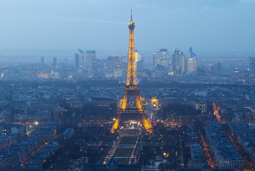 Serangan tembakan dan bom di Paris, Prancis, Jumat malam (13/11), melukai ratusan orang dan menelan korban lebih dari 100 orang.