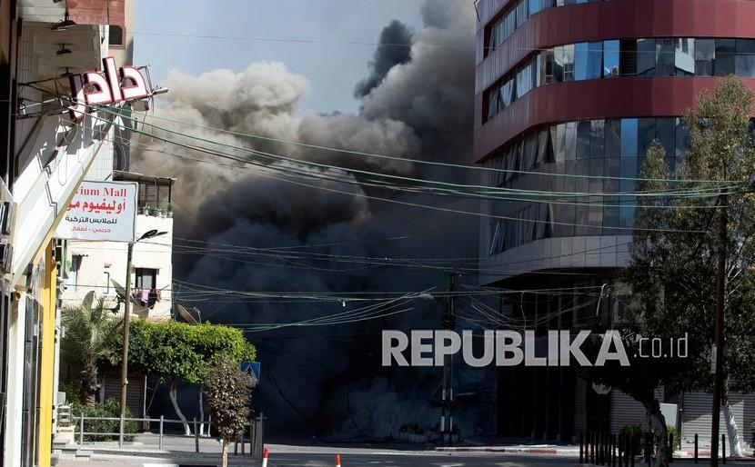 Serangan udara Israel menghantam gedung bertingkat tinggi yang menampung kantor The Associated Press di Kota Gaza, Sabtu (15/5).