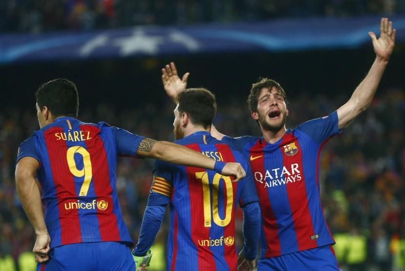 Sergi Roberto (kanan) merayakan golnya ke gawang Paris Saint-Germain (PSG) untuk memastikan kemenangan 6-1 Barcelona di Camp Nou, Kamis (9/3) dini hari WIB. Barca melaju ke perempat final Liga Champions.