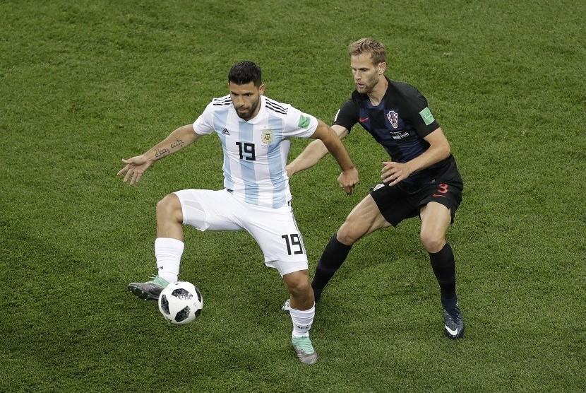 Sergio Aguero (kiri) saat berlaga di babak penyisihan Grup D kontra Kroasia. Di laga itu, Argentina kalah 0-3