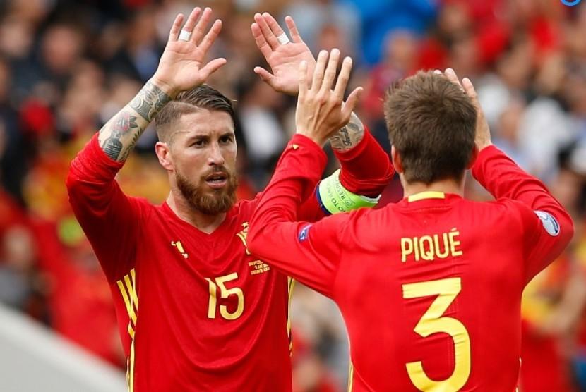 Sergio Ramos (kiri) dan Gerard Pique
