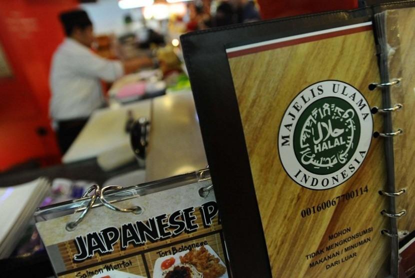 Sertikasi Halal Pekerja sedang menyajikan makanan di restoran siap saji Sushi Bar, Jakarta, Kamis (6/2). Sesuai Intruksi Gub DKI Jakarta Joko Widodo, para pelaku usaha di bidang perhotelan, resto dan katering melengkapi dengan sertifikasi halal