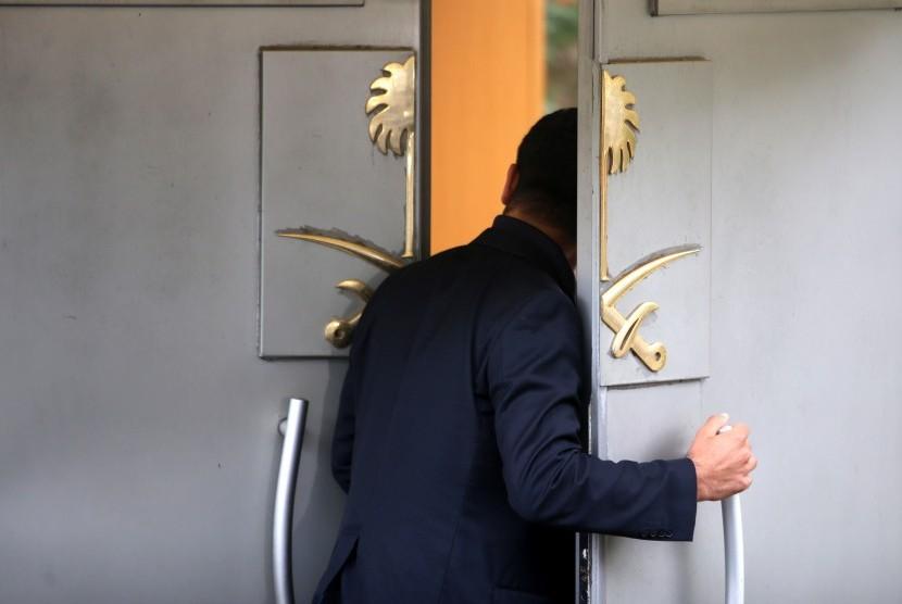 Seseorang berdiri di pintu konsulat Arab Saudi di Istanbu, Turki, (17/10)