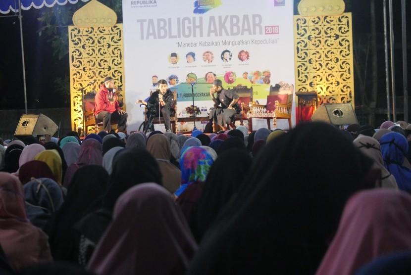 Sesi Dialog Hijrah pada acara Tabligh Akbar di Yogyakarta.