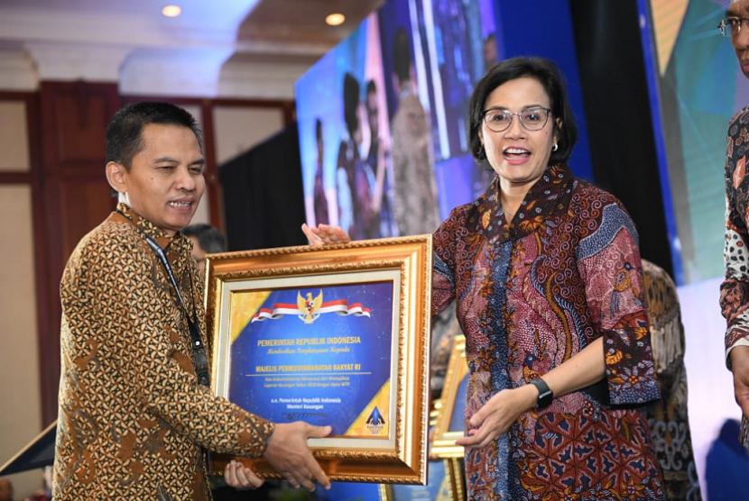 Sesjen MPR Ma'ruf Cahyono mewakili MPR menerima penghargaan dari Menteri Keuangan Sri Mulyani.