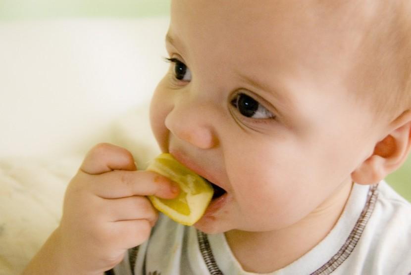 Setelah 6 bulan bayi perlu diberi makanan tambahan pendamping ASI.