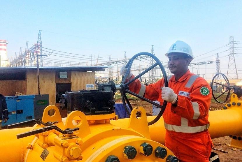 Setelah melakukan serangkaian pemeriksaan keselamatan sesuai dengan standar Migas Nasional, pekerja membuka katup (valve) utama pengaliran gas bumi dari jaringan distribusi menuju fasilitas pengukuran (metering) PGN di Pembangkit Listrik Muara Karang.
