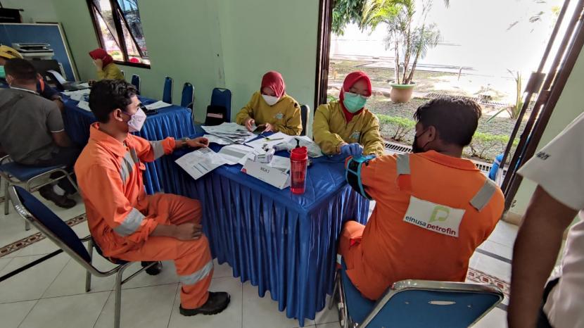 Setelah sebelumnya menggencarkan vaksinasi bagi operator dan awak mobil tangki (AMT) Pertamina di wilayah Yogyakarta, Semarang, dan sekitarnya, kini giliran wilayah Boyolali dan sekitarnya menjalani vaksinasi. Setidaknya 500 peserta yang mayoritas terdiri dari operator dan AMT Pertamina mengikuti vaksinasi yang diselenggarakan pada Jumat dan Sabtu (30-31/7) di Fuel Terminal Boyolali, bekerjasama dengan Dinas Kesehatan Kabupaten Boyolali.