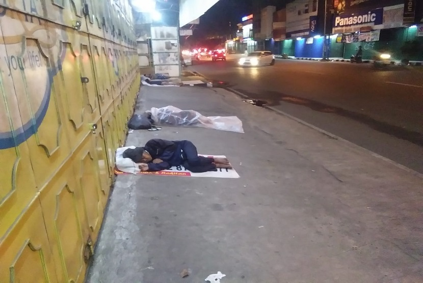 Setiap malam hari di komplek pertokoan proyek jalan Ir H Djuanda Kota Bekasi banyak dipenuhi oleh gelandangan atau tuna wisma yang tidur di emperan (depan) toko.