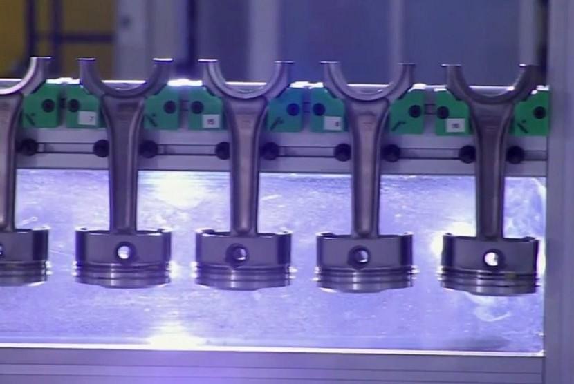 Setiap piston dipahat satu per satu dari aluminium solid