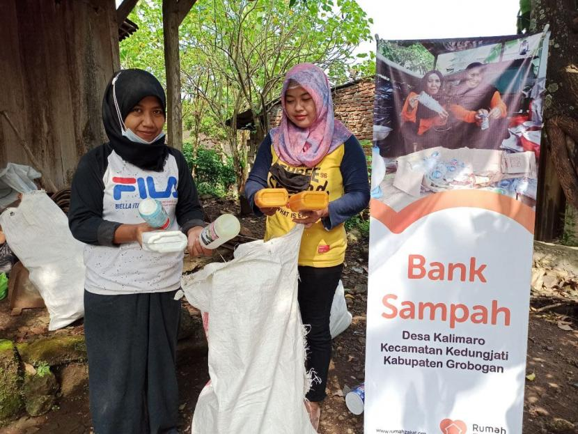 Setiap satu bulan sekali, Bank Sampah Resik Mletik Desa berdaya Kalimaro binaan Rumah Zakat melakukan kegiatan pengurangan sampah.