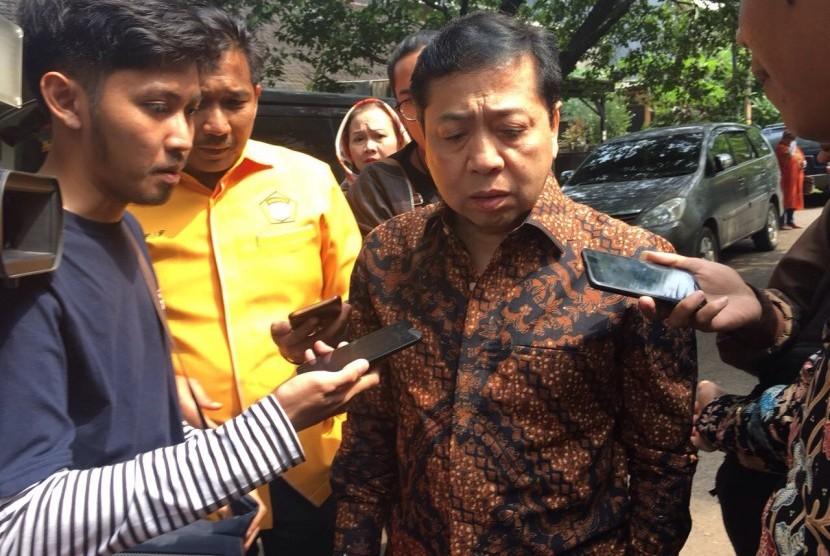 Setya Novanto saat ditanyai wartawan usai menghadiri HUT Kosgoro 57 di Jalan Hang Lekiu I Nomor 3 Kebayoran Baru, Jakarta pada Jumat (10/11)