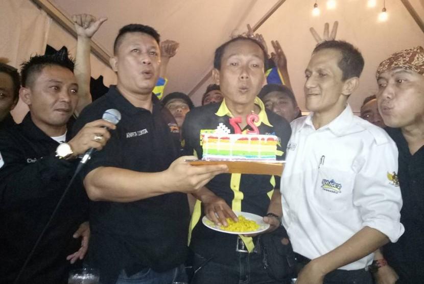 Seusai memotong tumpeng, sejumlah pengurus dan sesepuh Brigez Indonesia meniup lilin sebagai tanda syukur di hari ulang tahunnya yang ke-27 di Bandung, Sabtu (6/1).