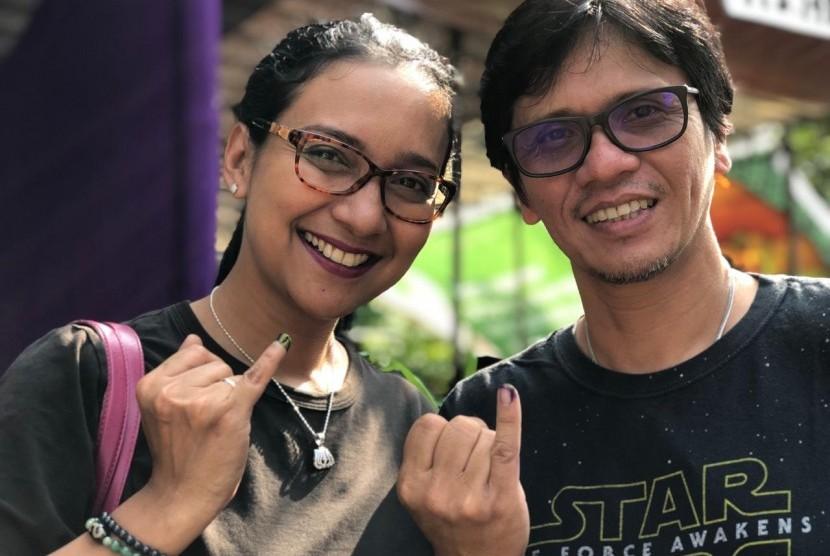 Shahnaz Haque dan Gilang Ramadhan berpose usai memberikan hak suaranya. Walau pilihan mereka berbeda, tapi tetap kompak.