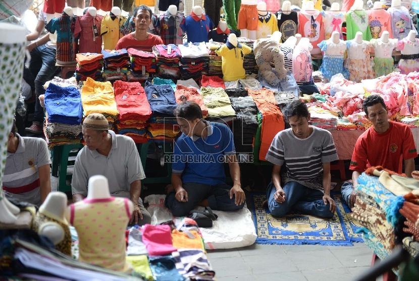 Shalat Jumat di Lorong Pasar. Jamaah melaksanakan Shalat Jumat di lorong Pasar Tanah Abang, Jakarta, Jumat (26/6).