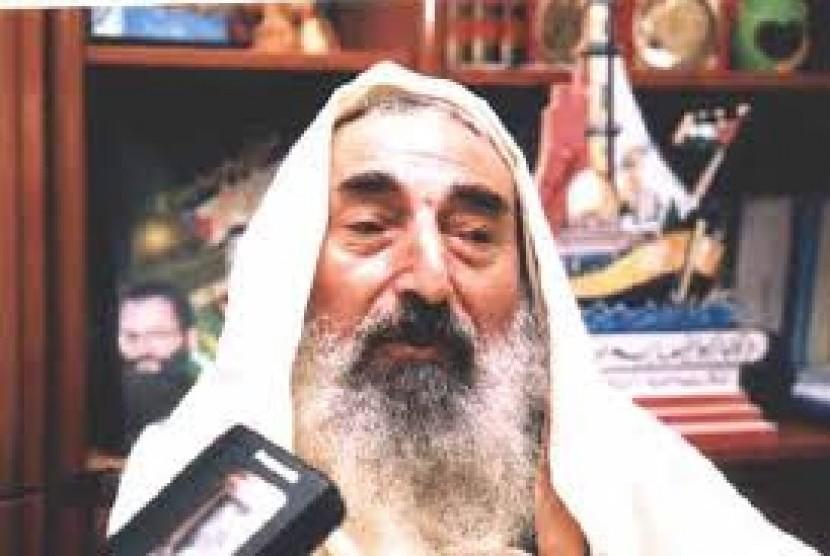 Sheikh Ahmed Yassin, pemimpin spiritual kelompok Hamas Palestina tewas dalam serangan udara Israel pada 22 Maret 2004. Ia menjadi target saat kembali dari masjid di kota Gaza.
