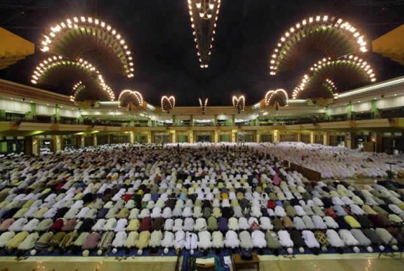 Sholat berjamaah di masjid Islamic Center Jakarta utara (Ilustrasi)