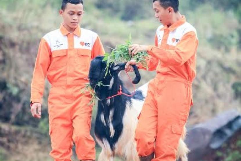 Si kembar penerima manfaat Rumah Zakat yang berdagang dan beternak demi bisa kuliah.