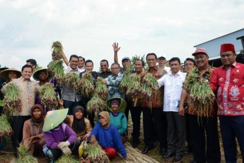 Sidak Komisi IV DPR ke petani Brebes.