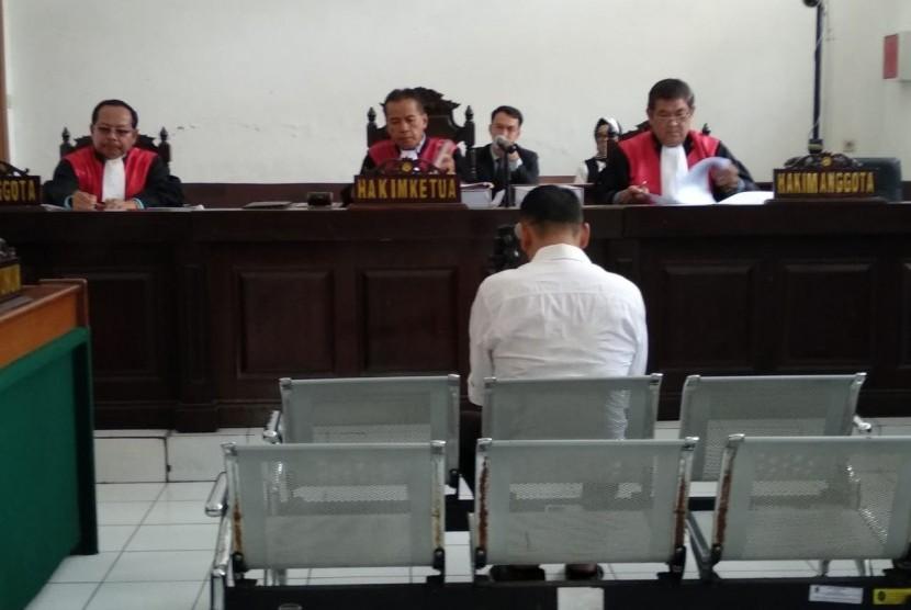 Sidang Fahmi Darmawansyah. Terdakwa kasus suap kalapas Sukamiskin, Fahmi Darmawansyah saat mendengarkan tuntutan jaksa di Pengadilan Tioikir Bandung.