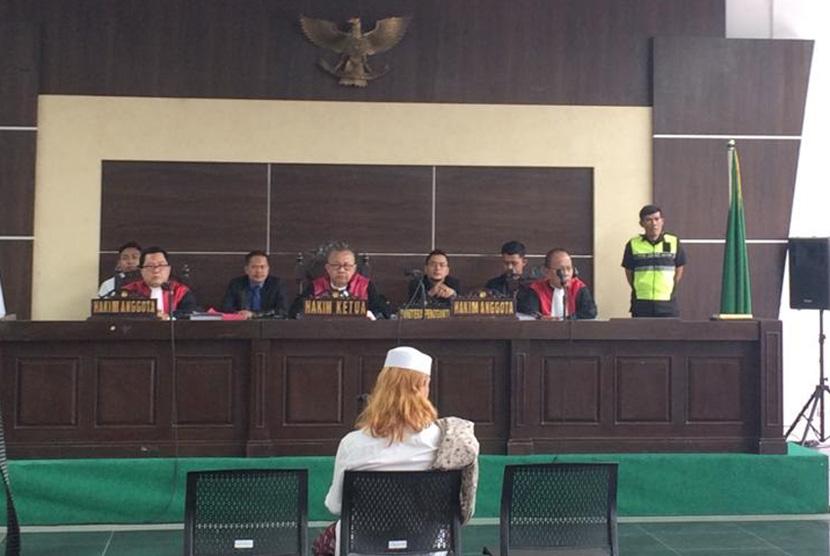 Sidang Habib Bahar Bin Smith.  Habib Bahar Bin Smithsaat menjalani proses persidangan di Gedung Perpustakaan dan Arsip Kota Bandung, Rabu (6/3).