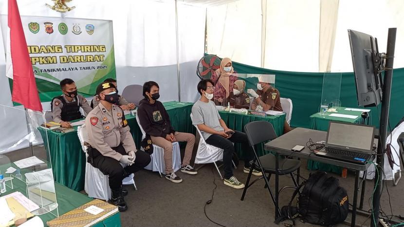 Sidang tipiring bagi para pelangga aturan PPKM Darurat di Kota Tasikmalaya, Selasa (13/7).