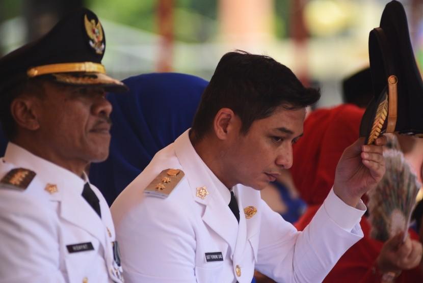 Sigit Purnomo Said alias Pasha Ungu (kanan) melepas topinya usai dilantik sebagai Wakil Walikota Palu, Sulawesi Tengah, Rabu (17/2).