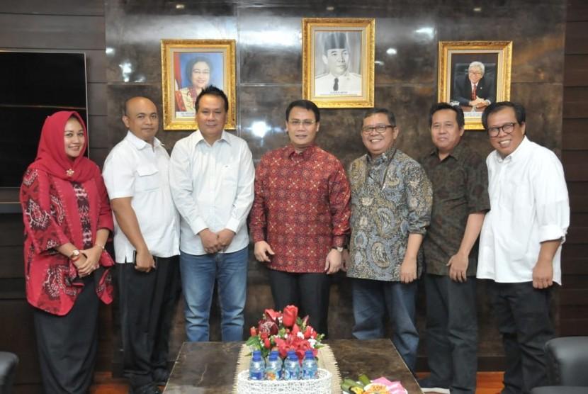 silaturahmi antara Wakil Ketua MPR RI Ahmad Basarah dan Pimpinan Fraksi PDIP MPR, Abidin Fikri dengan Produser Film tersebut, Muhammad Yamin, Imran Hasibuan dan Ody Mulya Hidayat di Gedung MPR RI, Jakarta.