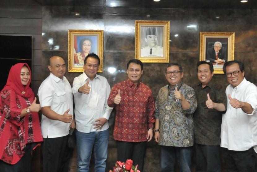 silaturahmi antara Wakil Ketua MPR RI Ahmad Basarah dan Pimpinan Fraksi PDIP MPR, Abidin Fikri dengan Produser Film tersebut, Muhammad Yamin, Imran Hasibuan dan Ody Mulya Hidayat.