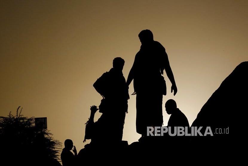 Siluet Jamaah haji menuruni Jabal Rahmah saat berwukuf di Padang Arafah, Makkah, Arab Saudi, Sabtu (10/8). Sekitar 2 juta jamaah haji dari berbagai negara  berwukuf di tempat ini sebagai salah satu syarat sah berhaji.