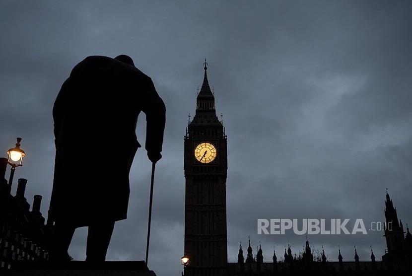 Siluet patung mendiang PM Winston Churchill di depan Menara jam Big Ben dan Gedung Parlemen Inggris Selasa  (29/3)