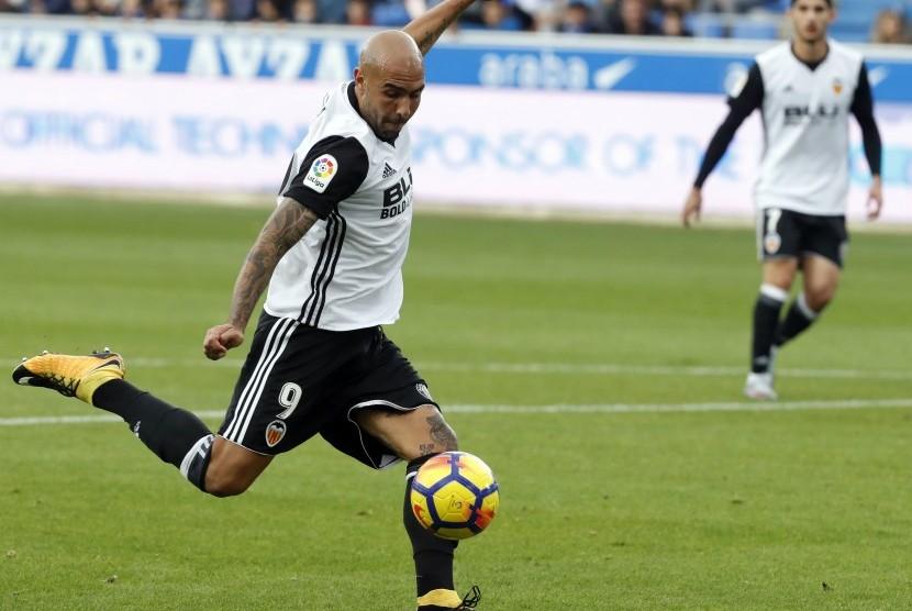 Simone Zaza pada laga Valencia kontra Alaves di pada pekan kesepuluh La Liga di Mendizorroza, Vitoria-Gasteiz, Sabtu (28/10).