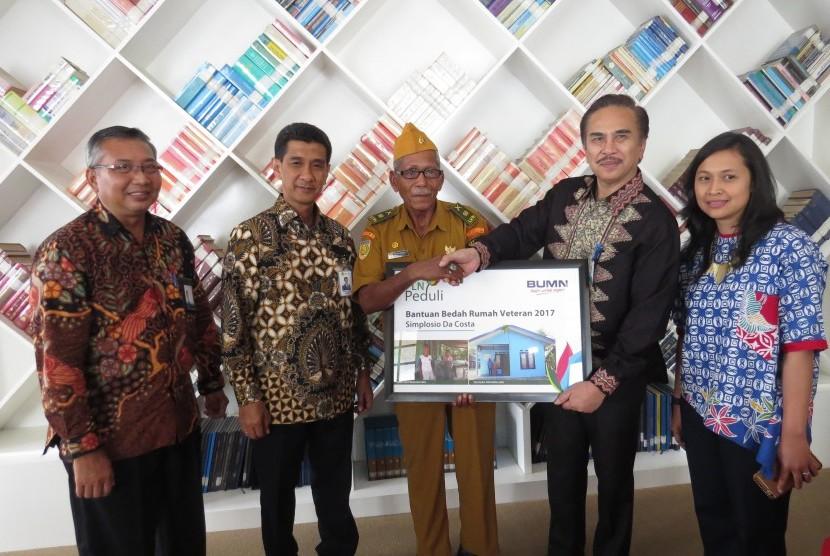 Simplisio Da Costa (tengah), warga Desa Oebelo, Kecamatan Kupang Tengah, Kabupaten Kupang, NTT, secara simbolis menerima bantuan bedah rumah dari Kepala Satuan Komunikasi Korporat PLN, I Made Suprateka (kedua dari kanan), di Jakarta, Jumat (10/11).