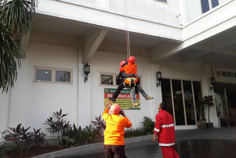 Simulasi penanganan kebakaran di RS PKU Surakarta.