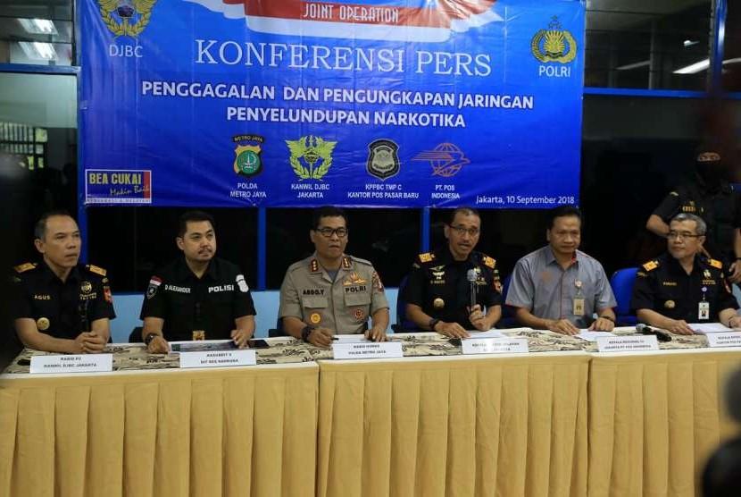 Sinergi antara Bea Cukai Pasar Baru, Polda Metro Jaya dan PT Pos Indonesia berhasil mengungkap jaringan penyelundup berbagai macam jenis narkotika di wilayah Jabodetabek dan Banten.