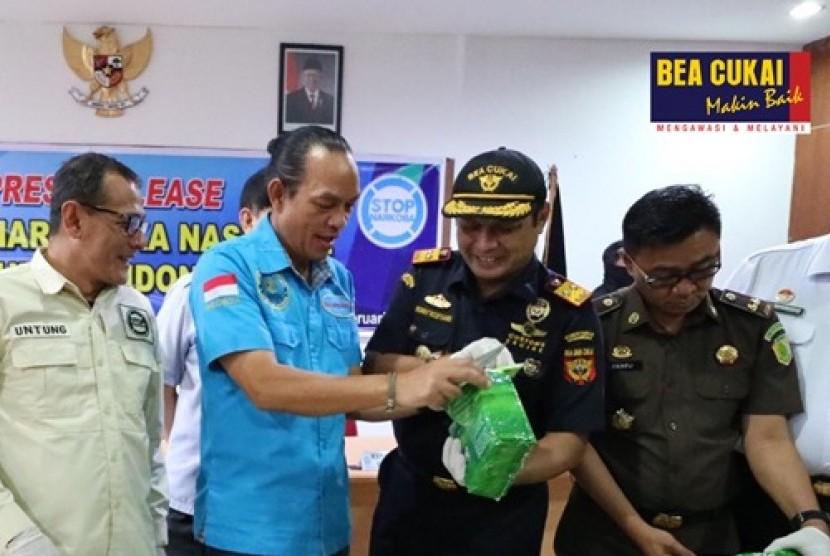 Sinergi Bea Cukai dan BNN Selamatkan 110 Ribu Jiwa. petugas gabungan Bea Cukai Dumai bersama tim BNN berhasil menindak 10kg Sabu dan 60.000 butir ekstasi (MDMA) pada Senin (17/2) lalu.