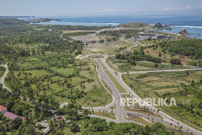Pembangunan Sirkuit MotoGP Mandalika. Foto areal ruas jalan gerbang barat Kawasan Ekonomi Khusus (KEK) Mandalika di Desa Kuta, Kecamatan Pujut, Praya, Lombok Tengah, NTB, Minggu (24/2/2019).