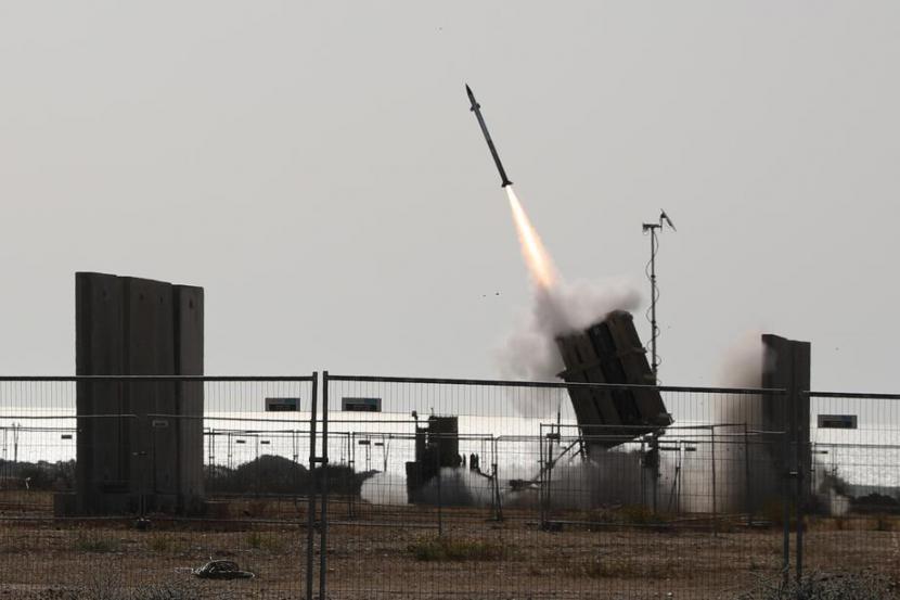 Sistem pertahanan Israel, Iron Dome, sedang bekerja melawan rudal yang ditembakkan dari Jalur Gaza, di Kota Ashkelon, Israel, 11 Mei 2021. Lembaga Pertahanan Israel mengatakan sudah menembak lebih dari 100 target Hamas di Jalur Gaza.