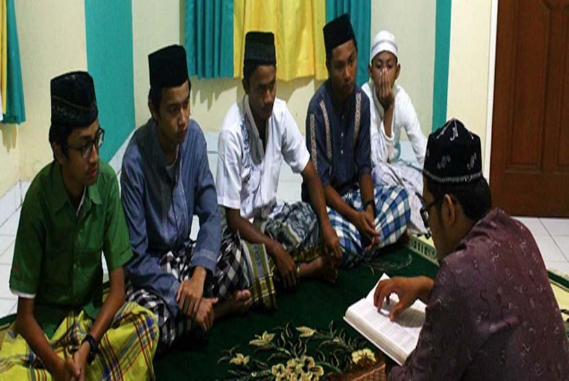 Siswa boarding school Sekolah  Bosowa Bina Insani (SBBI) Bogor tengah mengaji Alquran bersama